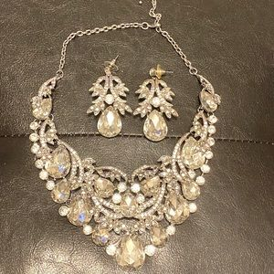 Glamorous necklace and earrings set